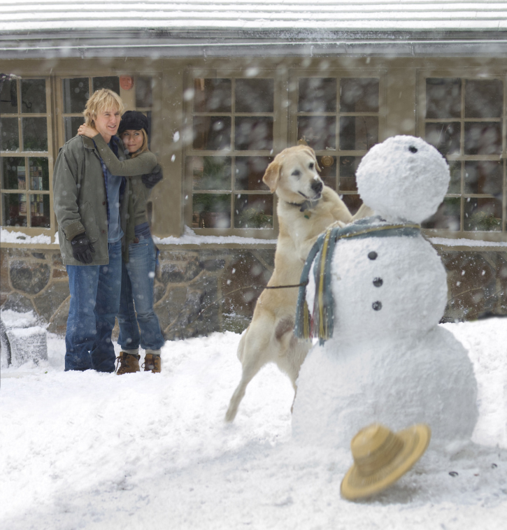 Marley makes important contributions to the building of a snowman, as John (Owen Wilson) and Jenny (Jennifer Aniston) look on.