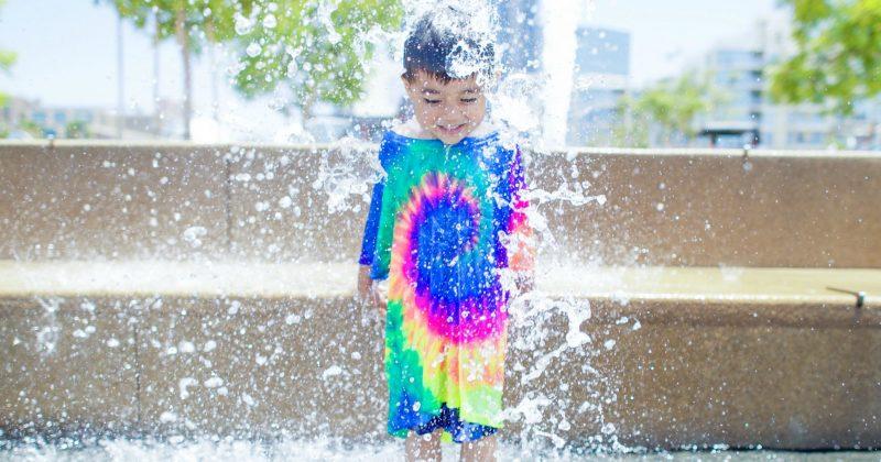 fontanny miejskie kąpiel dziecka